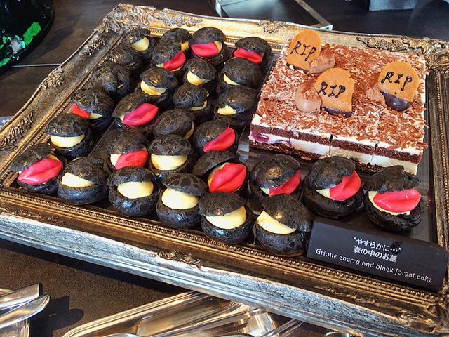 画像: 黒いけどちゃんとシュークリーム☆パクパク何個でも食べられちゃいました。