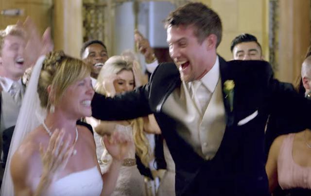 画像: 結婚式の甘〜いサプライズならこのくらいやらなきゃ! 見るだけでハッピーになる動画をどうぞ。