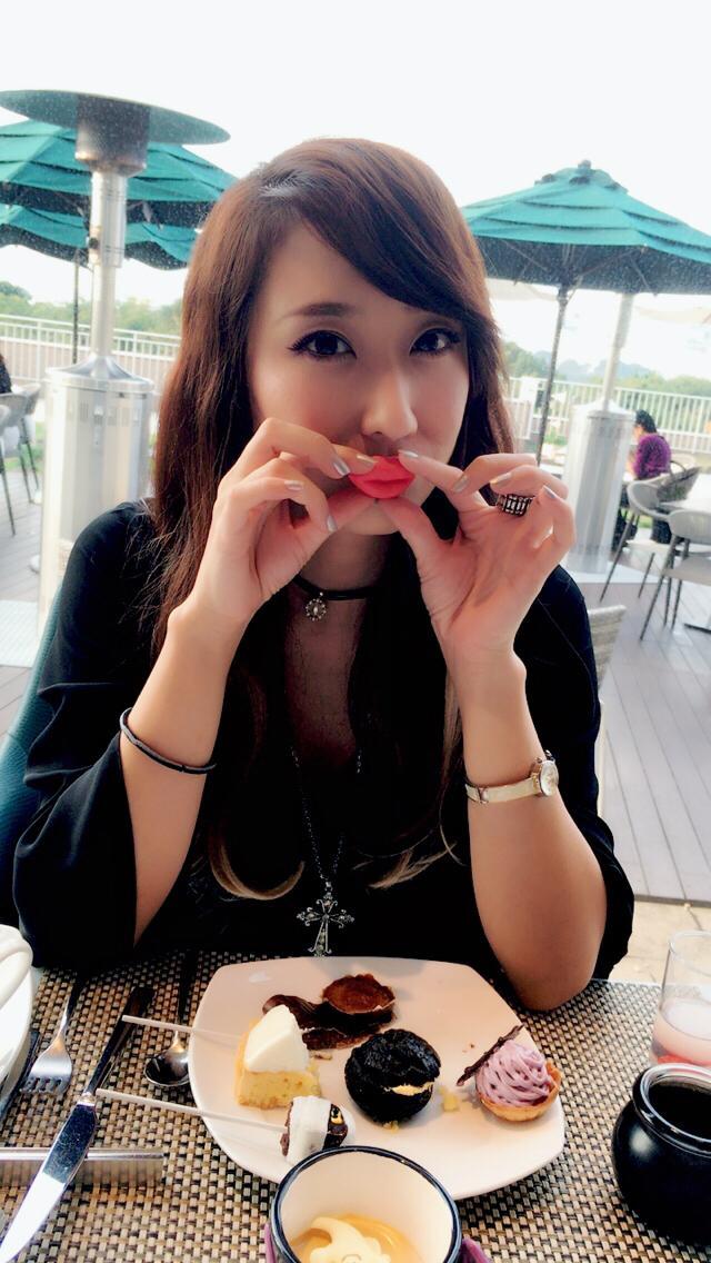 画像: 唇型のチョコ。口に当ててもあまり変わらない。。