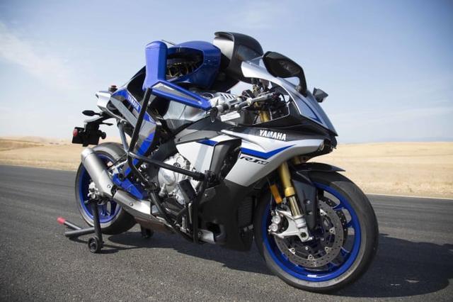 画像: モーターサイクル技術とロボティクス技術を融合し、未知の領域を開拓する自律ライディングロボットです。車両そのものには手を入れず、ヒト側から見た車両操作にフォーカスし、高速でのサーキット走行を可能にしました。2017年の開発マイルストーンとして設定したのは、「200㎞/h以上でのサーキット走行」と、MotoGPのトップライダー、バレンティーノ・ロッシ選手とのバトル。MOTOBOTの開発で得た高度な要素技術や知見は、既存ビジネスの新たな価値創造や、新規ビジネスの開拓に活かされます。
