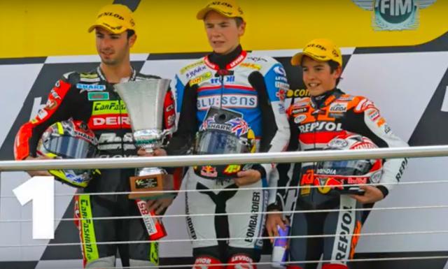 画像: 2008年英国GP(ドニントンパーク)で3位表彰台を獲得したM.マルケス(KTM)。若いですねぇ! ちなみに優勝はスコット・レディング(アプリリア)、2位はマイク・ディ・メッリオ(デルビ)でした。なおレディングはこのとき、15歳170日でGP史上最年少の優勝者として歴史に名を刻んでいます。 www.youtube.com