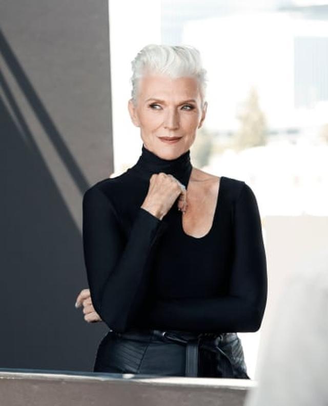 画像: あのイーロン・マスクの母であるメイ・マスク。「美」を焦点に69歳!の女性を起用する例は珍しいです。それにしても・・・イーロンもクールなハンサムガイですが、お母さんも超クールですね! www.covergirl.com