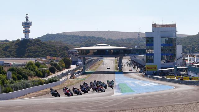 画像: レース1のスタートシーン! M.メランドリ(ドゥカティ)はほぼ手中におさめていた勝利を、マシン不調で逃すことになります・・・。 www.worldsbk.com