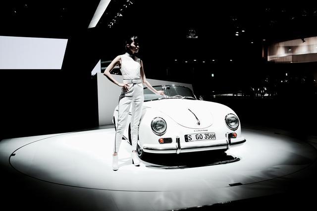 画像1: 純白のポルシェ356スピードスターと美女の組み合わせは最強・・・