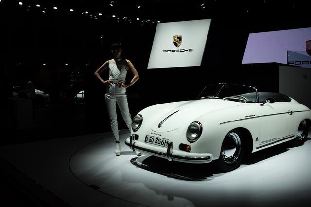 画像2: 純白のポルシェ356スピードスターと美女の組み合わせは最強・・・