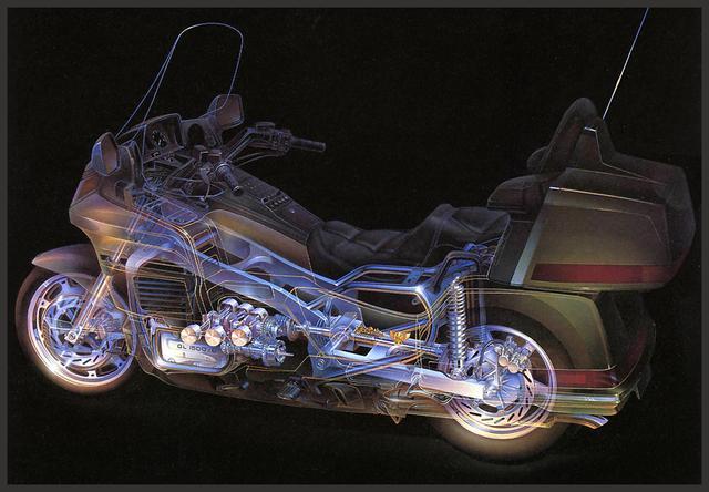 画像: 1988年登場の6気筒GLシリーズの初代、GL1500の透視図。水冷フラット6でシャフトドライブを介して駆動するレイアウトがよくわかりますね。 www.honda.co.jp