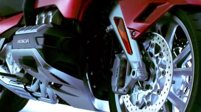画像: ダブルウィッシュボーン型のフロントサスペンションを新採用。フラット6のエンジンは、旧型より軽量・コンパクト化されています。 www.youtube.com