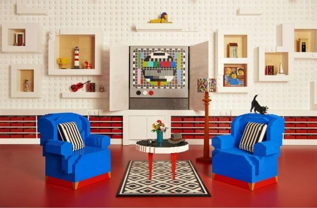 画像: リビングではレゴの椅子に正座してレゴのテレビを観れます。