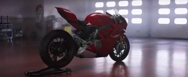 画像: ピットに佇む1台の赤いマシン・・・。 www.youtube.com