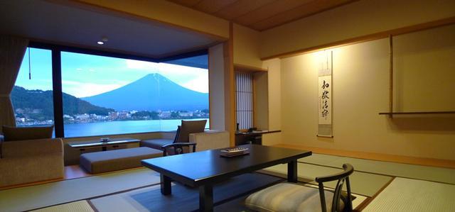 画像: 部屋から河口湖とこんな間近に富士山を一望!! www.ubuya.co.jp