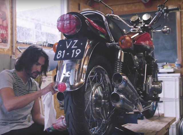 画像: ち、違うよハニー、あのクールなオートバイだよ、ほら、Z900RSだよ涙 www.youtube.com