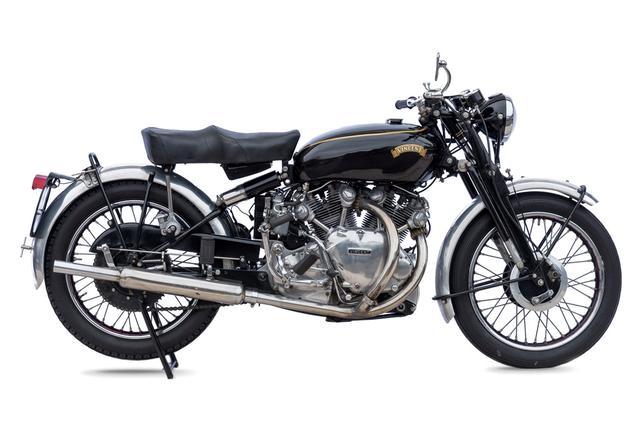 画像: 1954年型ビンセント ラピード シリーズCは、4ストロークVツイン998cc(OHV)を搭載する当時のスーパーバイクです。 www.coys.co.uk