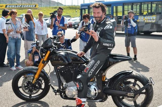 画像: バイク好きのキアヌ・リーブス。バイクメーカーも設立してます。そのバイク(KRGT-1)で鈴鹿も走りました。今回のキアヌもかなりキテます、髭が。 - LAWRENCE - Motorcycle x Cars + α = Your Life.
