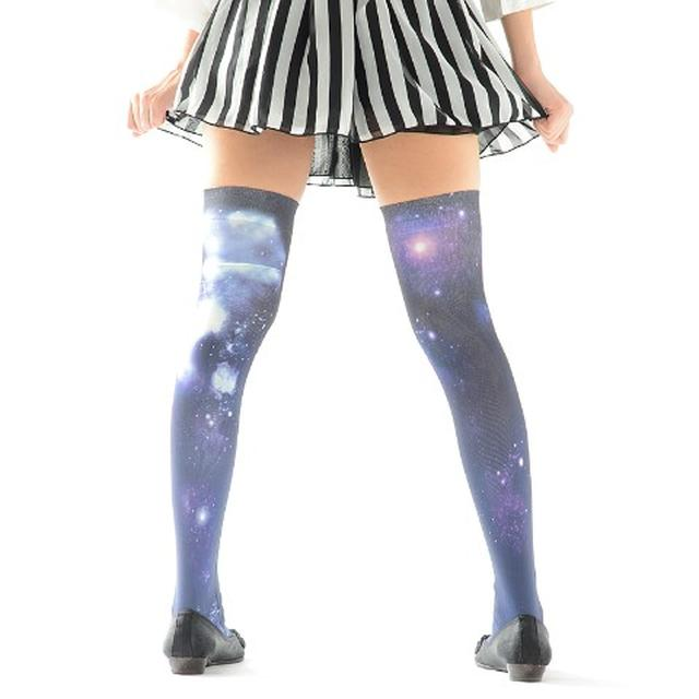 画像: 宇宙ニーハイ  3,240 円(税込) ついに宇宙まで。見てると吸い込まれそうです。 vvstore.jp