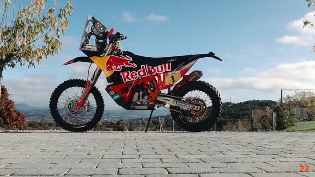 画像: KTMのファクトリー・ラリーバイク。強力なファクトリーライダーたちにとっての「鬼に金棒」です。 www.youtube.com