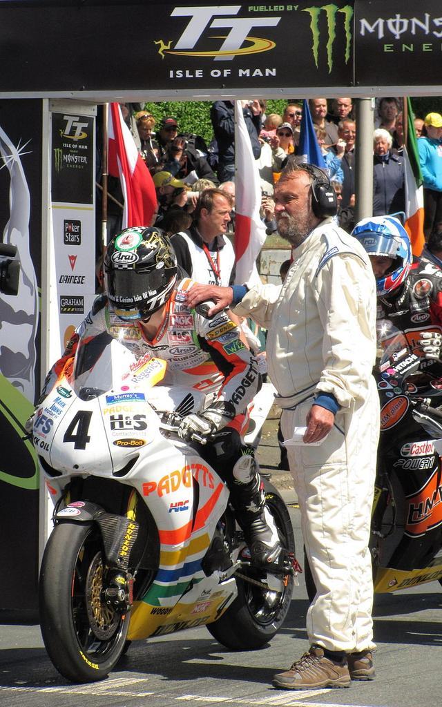 画像: 2010年のTTで、1大会5勝という大記録を達成したI.ハッチンソン。もし彼が来年ホンダに加入すれば、この年以来となるホンダ車でのTT挑戦・・・ということになります。 en.wikipedia.org