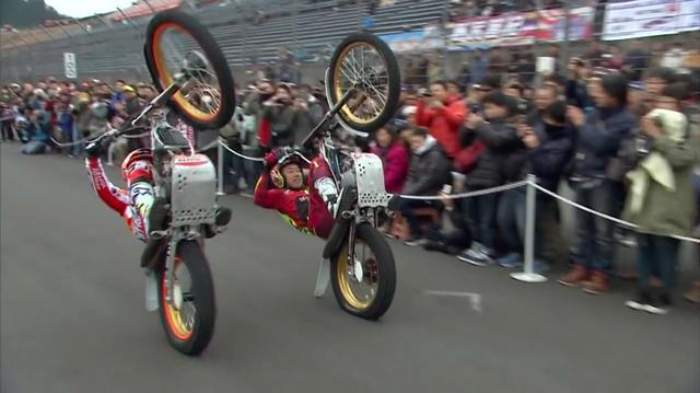 画像: ファン感謝祭的イベントでは欠かせない? トライアルライダーのデモ! 速度域が低いので観客が間近で見ることができるのは大きな魅力です。 www.youtube.com