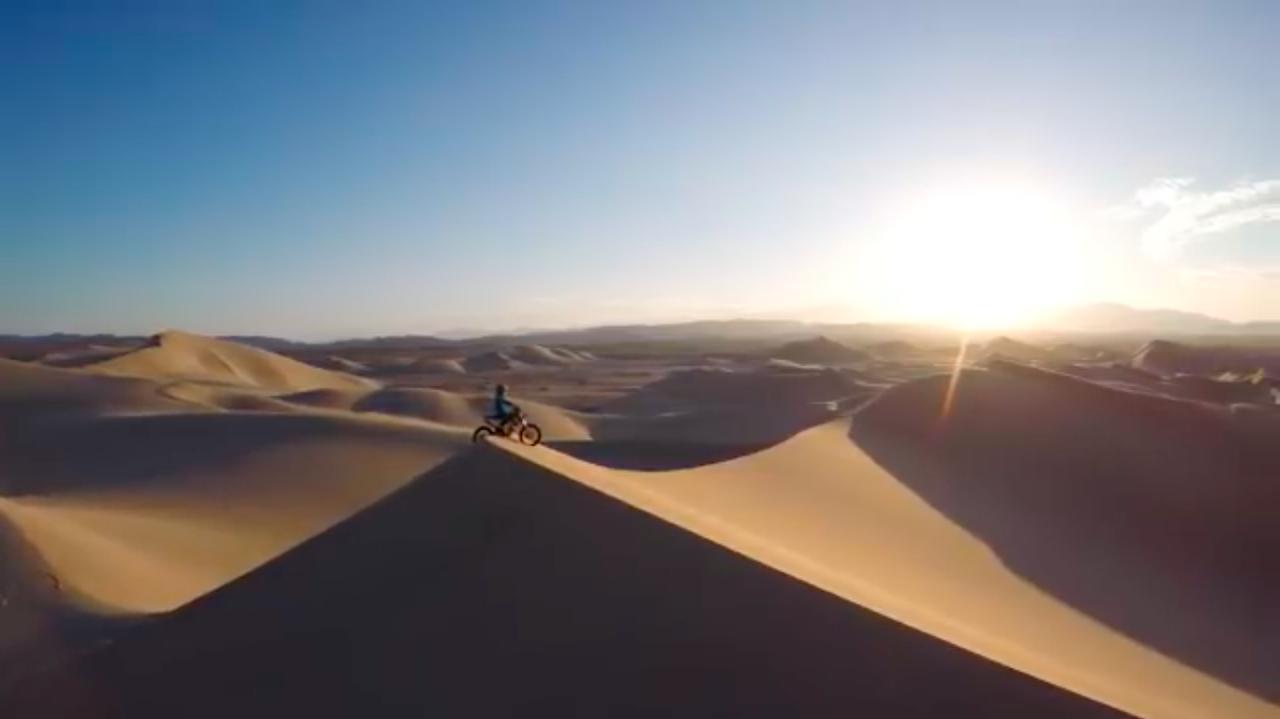 画像: 舞台は米カリフォルニアのモハーヴェ砂漠・・・。 www.youtube.com