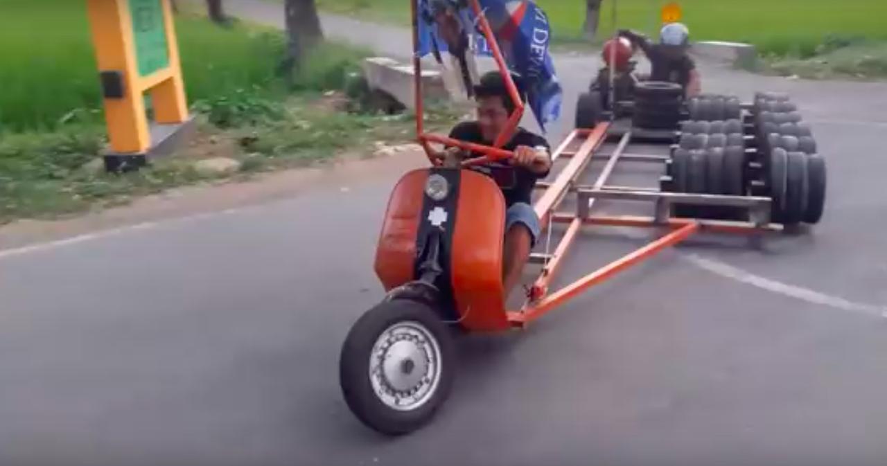 画像: スクーター改なのですが、なんでこんなにいっぱいタイヤがあるのか・・・? www.youtube.com