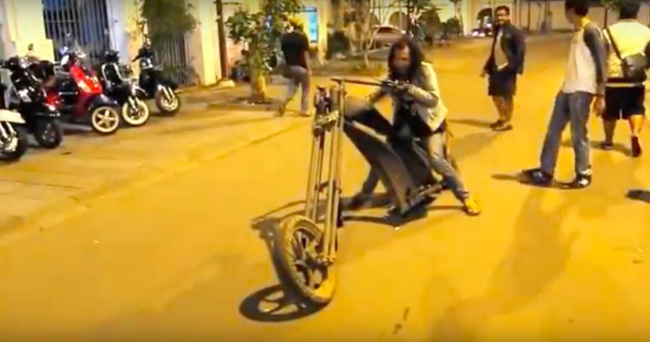 画像: 一見、フツー? のロングフォークチョッパーですが、エンジンはドコについているの? (正解? は動画でご確認を)。 www.youtube.com