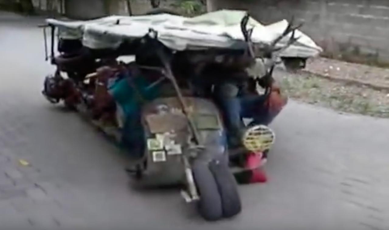 画像: 前輪がふたつ!? 屋根付き!? 何が何だかわかりません(笑)。 www.youtube.com