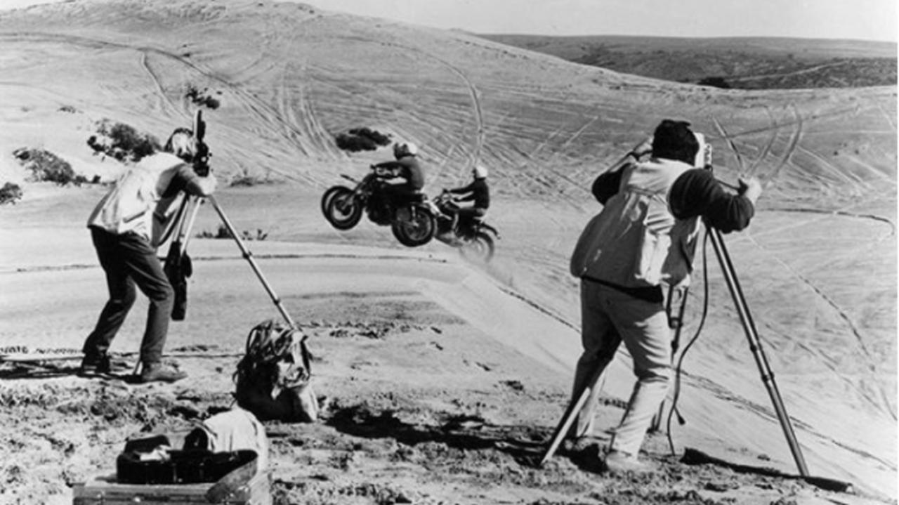 画像: マルコム、スティーブ、そしてマート・・・時代を代表する名ライダーたちがデューン走行を愉しむラストシーン・・・私、このシーンの良さがわからない人とは、多分お友達になれないと思います(笑)。 autoweek.com