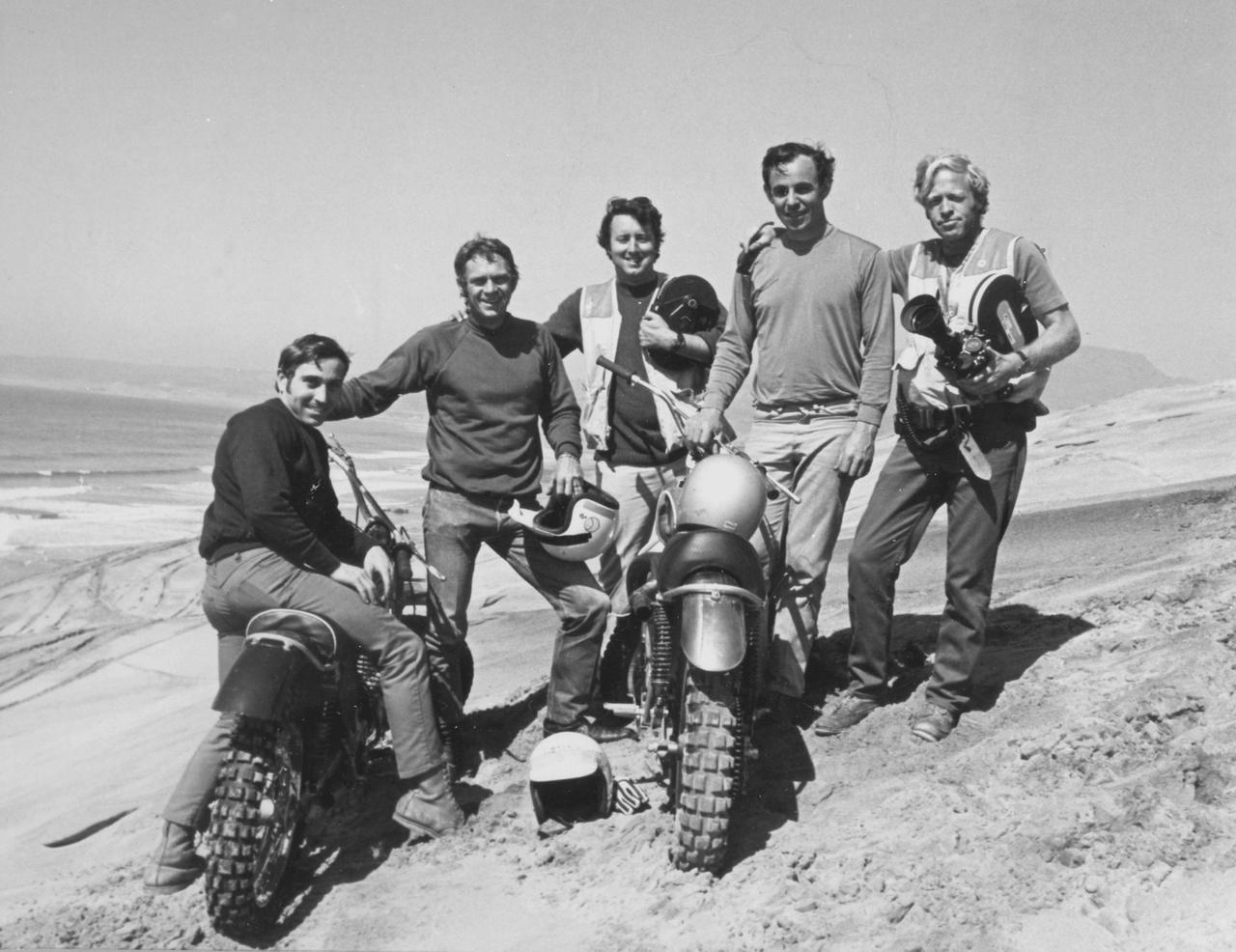 画像: 「On Any Sunday」ラストシーン撮影後の記念写真。左からマート・ローウィル、スティーブ・マックイーン、カメラマンのボブ・バグレー、マルコム・スミス、そしてブルース・ブラウンです。 www.influx.co.uk