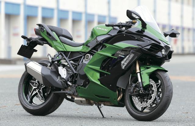 画像: H2/H2R に比べ、フルフェアリングを装着、強化型の新フレームを採用した H2SX。 写真はコーナリングランプ、センタースタンド、ハイスクリーンを標準装備する H2SX-SE。 www.motormagazine.co.jp