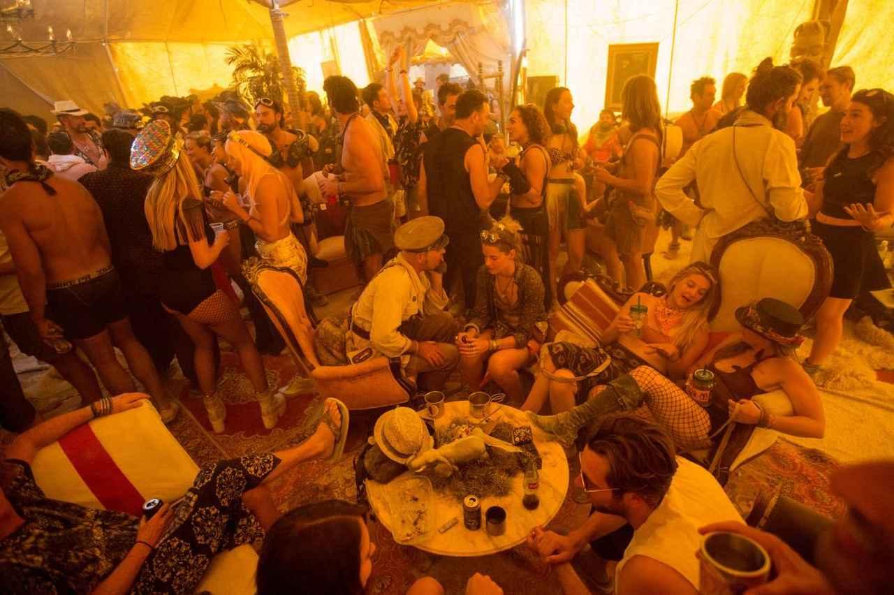画像: スターウォーズに出てきそうな酒場 www.nationalgeographic.com
