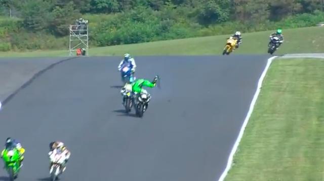 画像: 約200km/hで走るマシンから振り落とされそうになるA.ウエスト! どうやってここから転倒を回避するのか・・・は、動画でご確認ください。 www.youtube.com