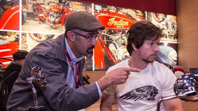 画像: International Motorcycle Showsでのパネルディスカッションで、バイク業界を憂う前 Indian Motorcycle executive のロバート・パンジャさん(左)と、バイク好きで知られる超有名俳優マーク・ウォールバーグさん(右) www.latimes.com