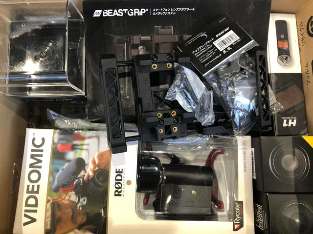 画像: スマホ用カメラリグのBEASTGRIPをはじめ、ICレコーダーや外付けマイク、魚眼レンズなど、動画撮影に必要な道具(システム)を一揃い用意した。