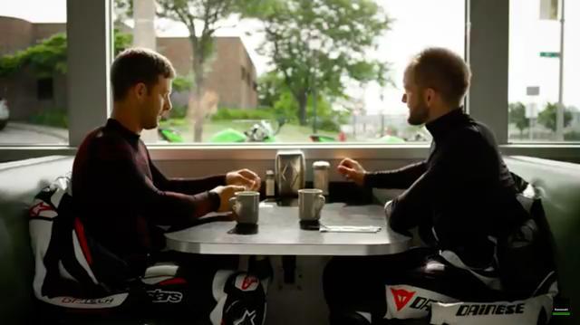 画像: 舞台はとある町のレストラン・・・朝食を食べに2人のライダーがテーブルを挟んで座ります・・・。 www.youtube.com