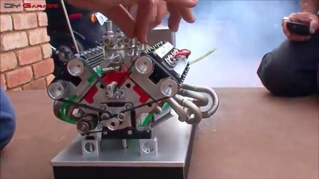 画像: こちらはDOHCのV8エンジン。排気量はナント76cc! バイクに積んだら原付2種・黄色ナンバーですね(笑)。最高出力は4馬力とのこと。 www.youtube.com