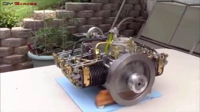 画像: 排気量はいくつかわかりませんが、水平対向の6気筒です。むき出しのOHV機構がいいですね。 www.youtube.com