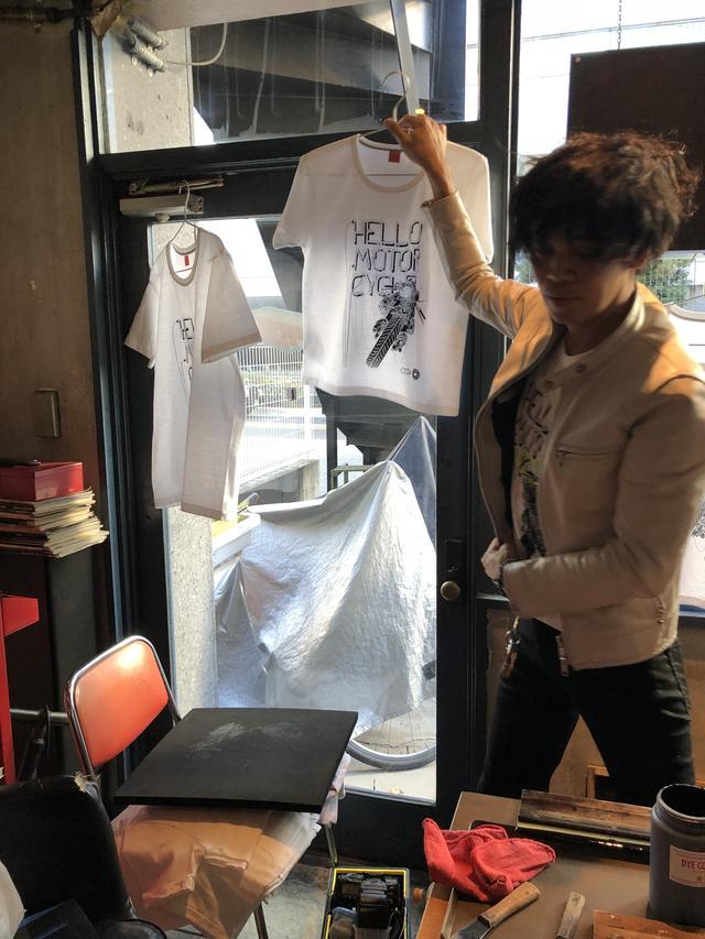 画像: 軽やかに世界で一着だけのTシャツを仕上げていく、わたなべ代表