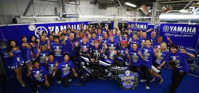 画像: 3連覇の喜びをスタッフ全員で分かち合う・・・ヤマハファクトリーのみなさま、おめでとうございます! race.yamaha-motor.co.jp