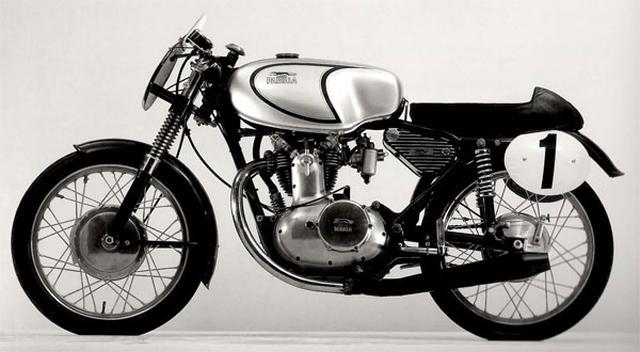 画像: 犬・・・で真っ先に思い浮かんだのは、イタリアのパリラです。こちらは同社を代表するハイカムOHV単気筒250ccのスポーツモデル、250GS(1962年)です。その燃料タンクに描かれるのは同社のブランド名と、駆けるグレイハウンドの姿です。 senum.com