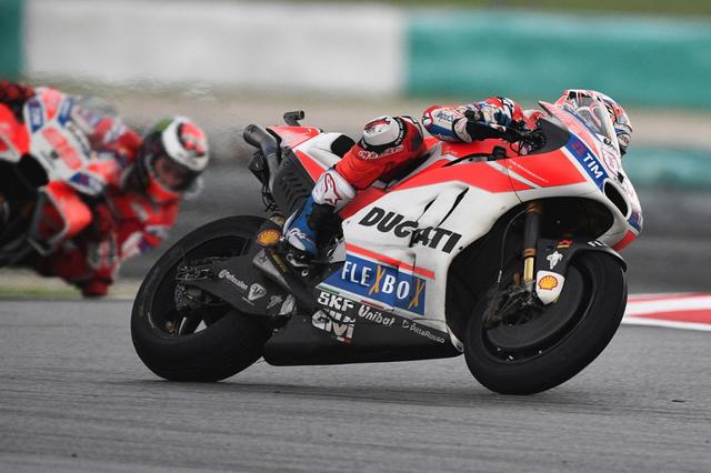 画像: マレーシアGPのワンシーン。今季新加入の元MotoGP王者、ホルヘ・ロレンソの前を走るアンドレア・ドヴィツィオーゾのデスモセディチGP17。 andreadovizioso.com