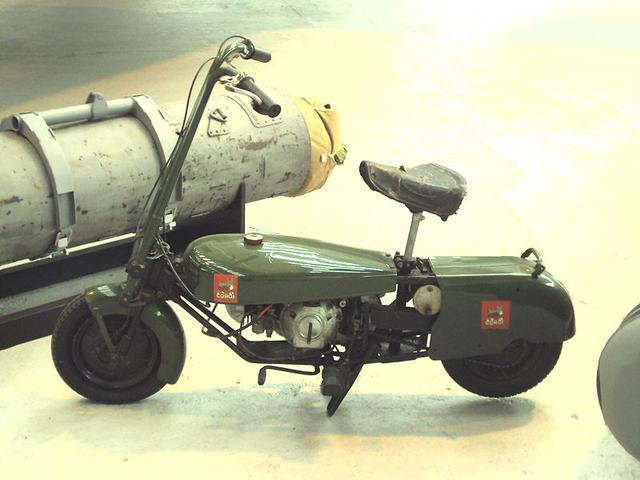 画像: 第二次大戦時に英国で開発された、パラシュート降下兵の足になる軍用車、エキセルシャー・ウェルバイクの民間向けモデルが、1946年にできたコーギーモーターサイクルの「コーギー」です。エンジンは2ストローク98cc単気筒で、その姿形が胴長短足のコーギーに似ていることからこの名前になりました。 en.wikipedia.org