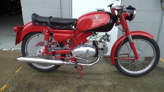 画像: こちらは1962年型のモトビ カトリア175です。OHV水平単気筒のエンジンが、タマゴのような形をしています。なお同社の2ストロークモデルも、水平シリンダーのレイアウトでタマゴ形状でした。 revivaler.com