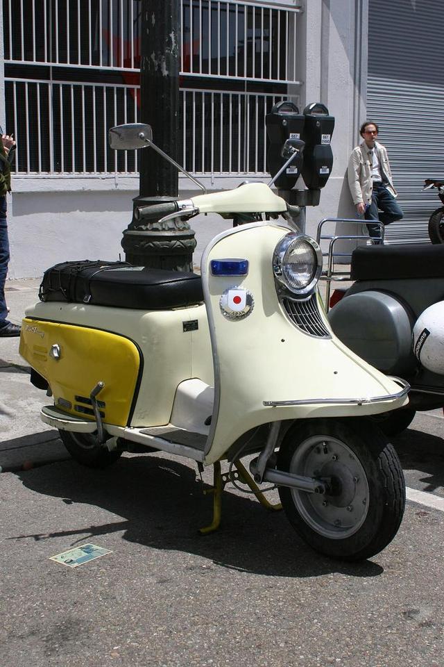 画像: 2ストローク150cc単気筒エンジンを搭載したラビットツーリング。その名が示すとおり、当時世界的に流行した「ツーリングスクーター」というジャンルを意識したモデルです。 en.wikipedia.org