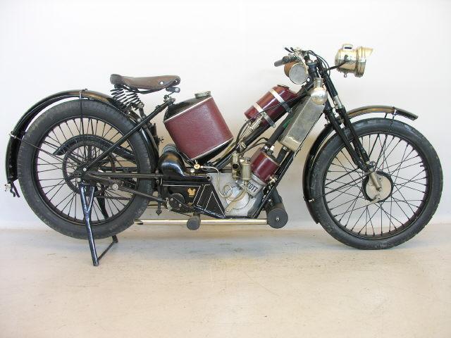 画像: 1923年型スコット フライングスクワレル。水冷2ストローク並列2気筒486ccエンジンを搭載する英国車で、同社のシンボルカラーは紫でした。 en.wikipedia.org