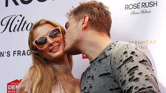 画像: Paris Hilton shows off HUGE engagement ring