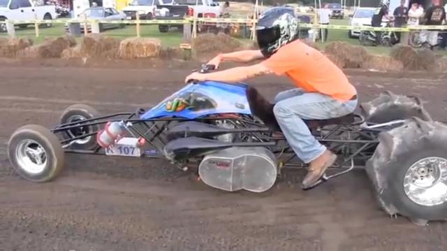 画像: こちらはアメリカのどこかでやっている、ダートのドラッグレースですね。アヤシイ改造が施された2ストロークの3〜4輪が加速力を競ってます。参加者が半袖や短パンだったりと、とてもラフな格好なのもアホっぽくていいです。 www.youtube.com