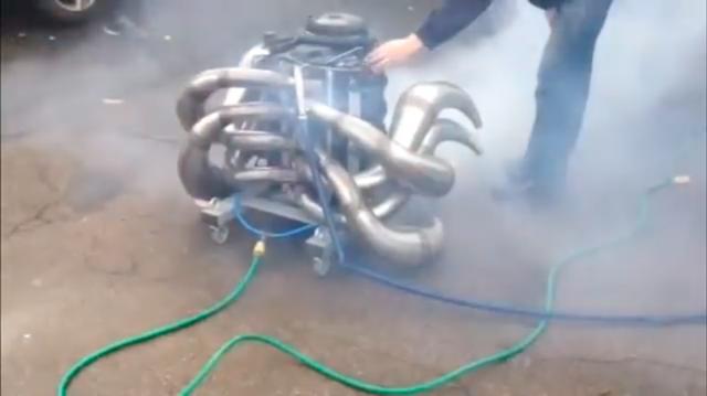 画像: このカニのお化けみたいなのは、2ストロークのV8エンジン!です。一体何に積むために作ったのでしょうか? 冷却水はホースで水道水をダイレクトに流しているみたいです。 www.youtube.com