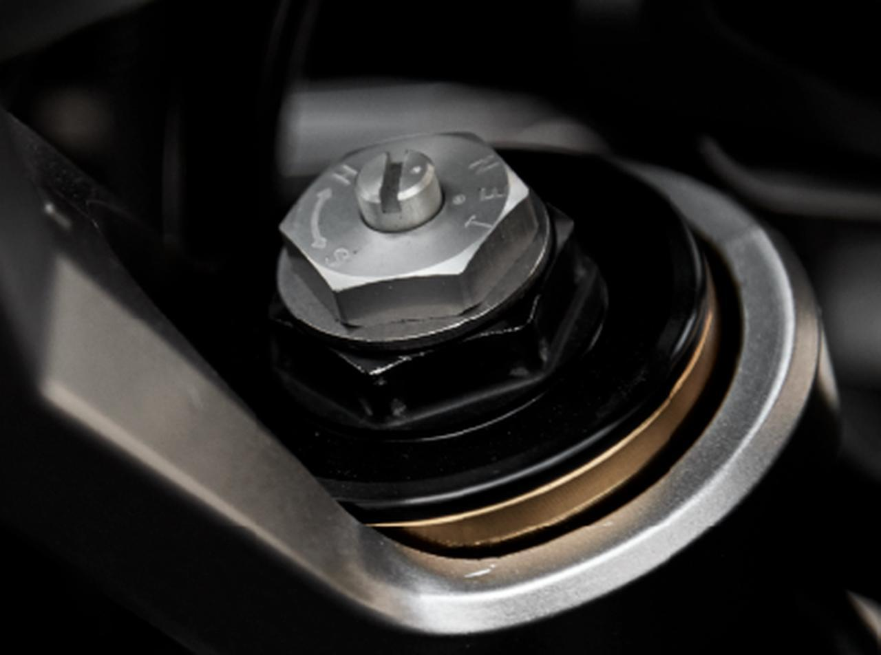画像1: 市街地からフラットダートまで、幅広いシーンでの走る楽しさを追求したサスペンション。フロントは、インナーチューブ径φ41mmの倒立タイプ。リアは、プロリンク方式を採用。また、フロント、リア共にプリロード調整機構を採用し、乗員数や積載量の変化による車両姿勢をライダーの好みに調整可能。さらにフロントは、減衰力調整機構(伸び側)を採用し、より好みに合った乗り心地にセッティング可能としている。 www.honda.co.jp