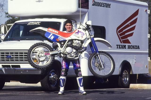 画像: 1990年代、バハ1000などのオフロードイベントで活躍したスコット・サマーズ。愛車のホンダXR600Rを軽々と持ち上げるポーズが彼の定番でしたね。大型車のなかでは比較的軽量な単気筒600ccのオフロード車ではありますが・・・やはりすごいです! advrider.com