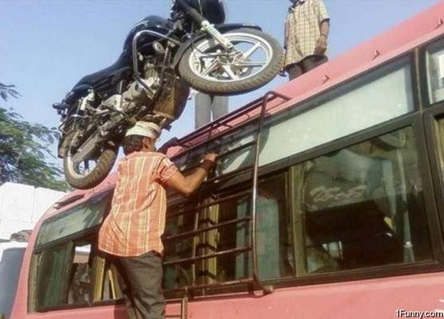 画像: さらに! 両手はラダーを掴んで上り、頭の上でモーターサイクルをバランスさせてます! 1funny.com