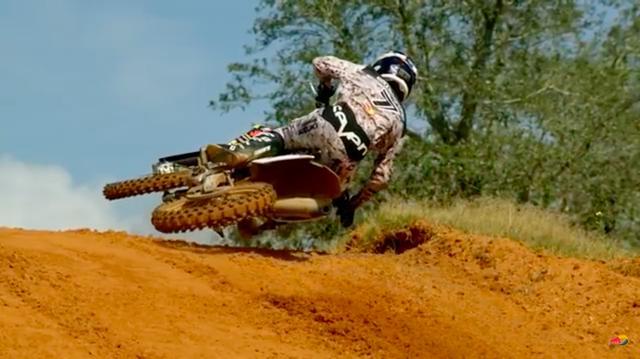 """画像: ジェームズ・スチュワートの""""ババ・スクラブ""""は、スピードを殺さずジャンプをクリアするという超絶美技です。この低さと、車体の倒れ具合に注目です! www.youtube.com"""
